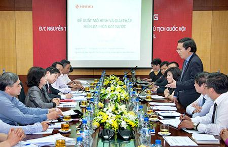 TGĐ Hanel Nguyễn Quốc Bình báo cáo đoàn đại biểu những tiến bộ trong nghiên cứu về phương thức quản trị áp dụng CNTT