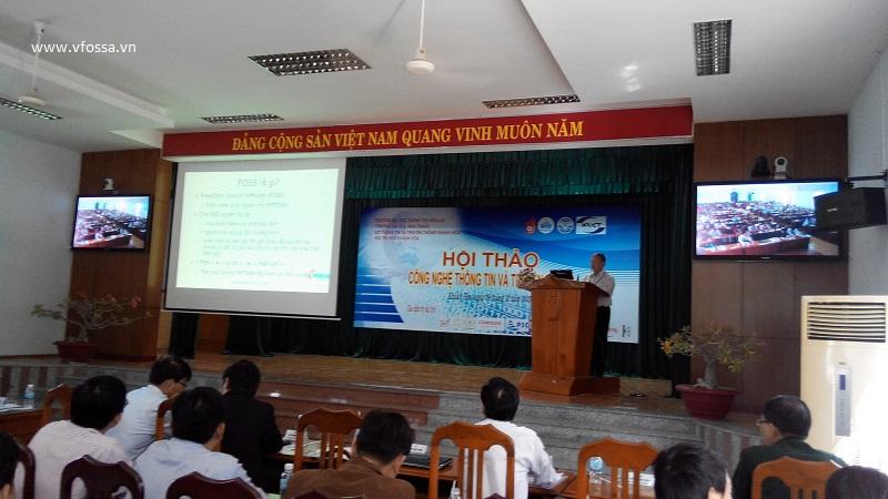Tiến sĩ Nguyễn Hồng Quang - Chủ tịch VFOSSA trình bày về phần mềm tự do nguồn mở trong pheien khai mạc hội thảo.