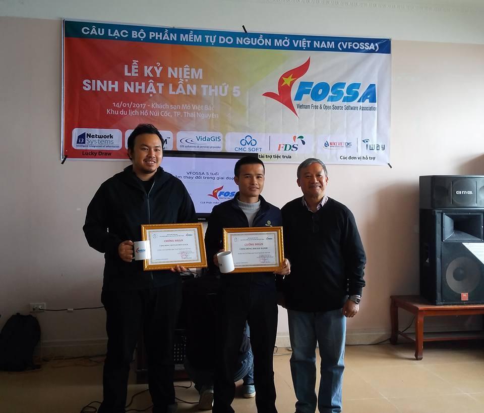 Lễ kết nạp và trao bằng chứng nhận hội viên VFOSSA cho thành viên tập thể mới: VietOpenStack, Docker Hanoi