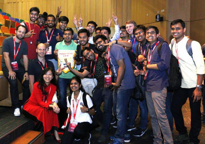 Hồng Phúc (áo dài, ngồi) chủ trì hội nghị mã nguồn mở với sự tham gia của các kỹ sư đến từ Ấn Độ, Singapore, Việt Nam... - Ảnh: NVCC