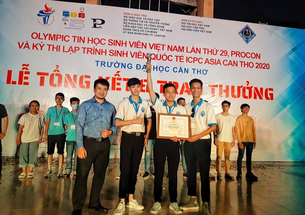 Anh Nguyễn Thế Hùng - Phó Chủ tịch VFOSSA/ Trưởng BGK Cuộc thi trao giải cho đội thắng cuộc