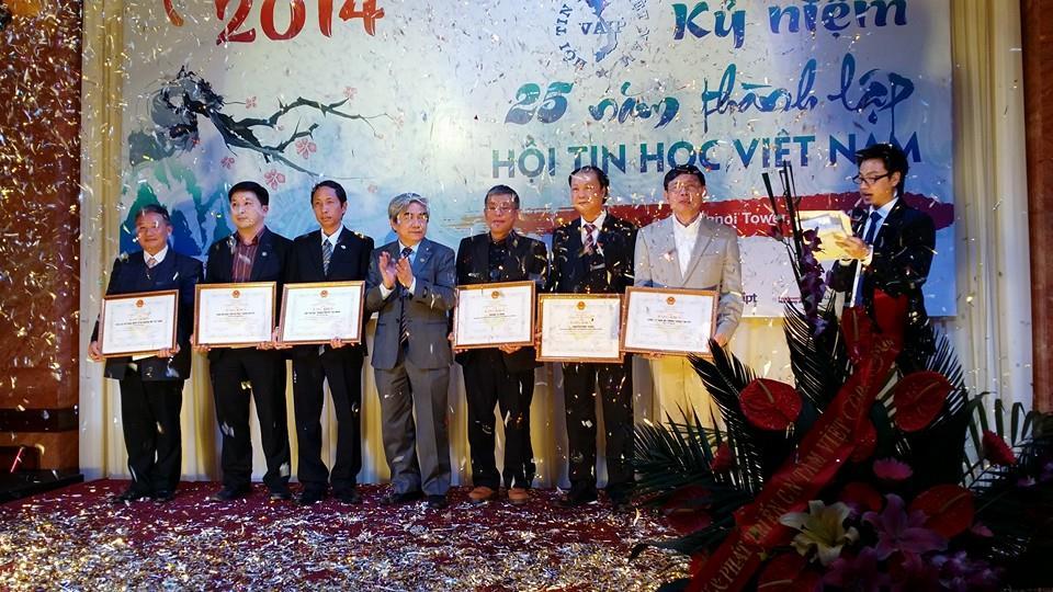 Bộ trưởng Bộ KH&CN Nguyễn Quân trao bằng khen của Bộ cho các cá nhân và tập thể tiêu biểu của VAIP, trong đó có VFOSSA