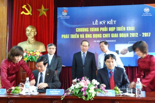 Bộ trưởng Bộ TT&TT Nguyễn Bắc Son (bên trái) và Bí thư thứ nhất Trung ương Đoàn (bên phải) ký kết Biên bản ghi nhớ hợp tác giữa Trung ương Đoàn và Bộ TT&TT