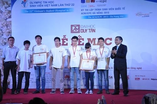 Thứ trưởng Nguyễn Minh Hồng trao Bằng khen của Bộ TT&TT cho 2 đội Việt Nam đạt giải nhất ACMC/ICPC Đà Nẵng 2013