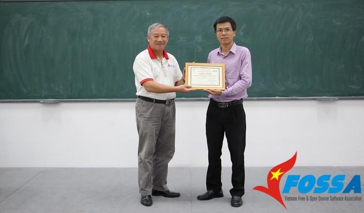 TS. Nguyễn Hồng Quang - Chủ tịch CLB VFOSSA (bên trái), trao giấy chứng nhận hội viên Khoa CNTT - Đại học Phenikaa