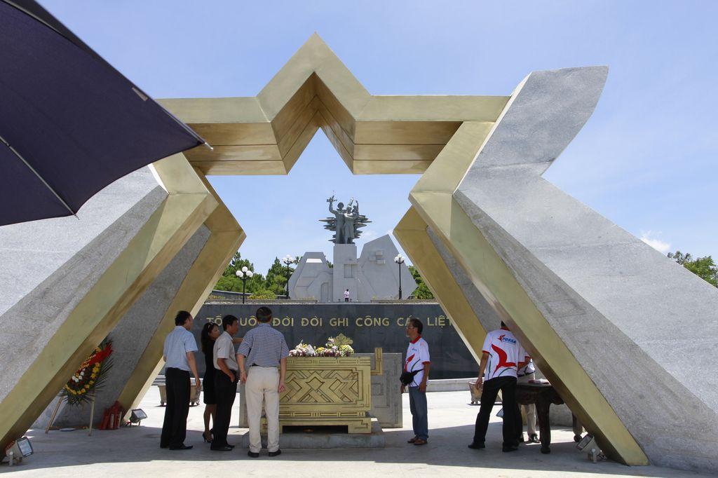 Dâng hương các anh hùng liệt sĩ tại Nghĩa trang liệt sĩ quốc gia Đường 9